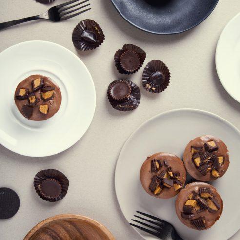 No-Bake Mini Peanut Butter Cup Vegan Chocolate Cheesecakes | picklesnhoney.com