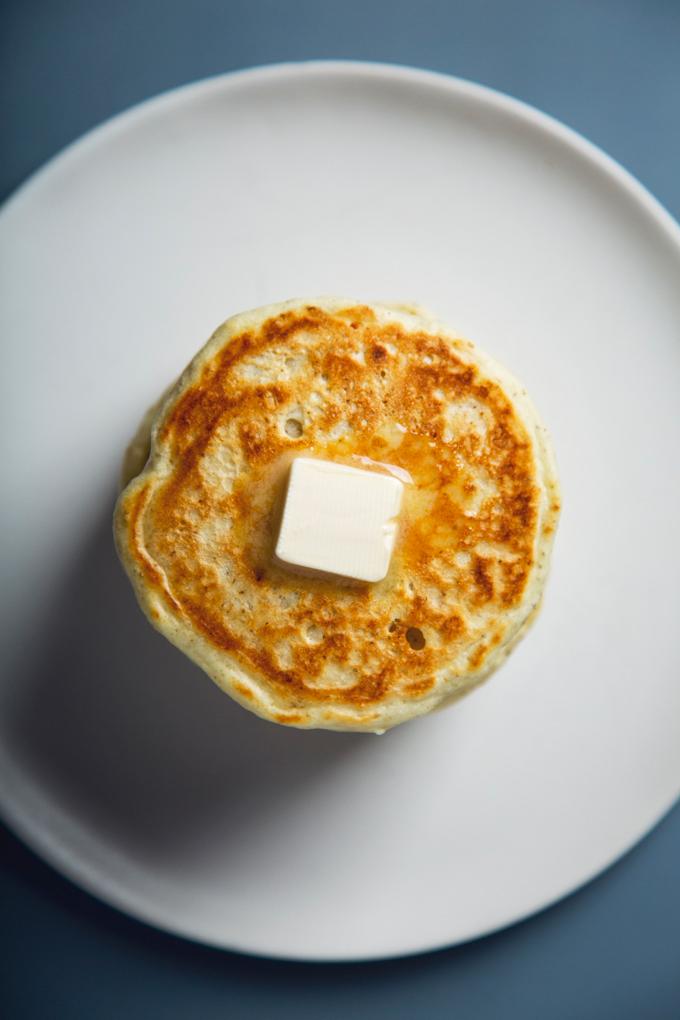 Easy Vegan Eggnog Pancakes! 7 Ingredients   picklesnhoney.com #recipe #vegan #eggnog #holidays #pancakes #dairyfree #breakfast #brunch #SilkHolidays