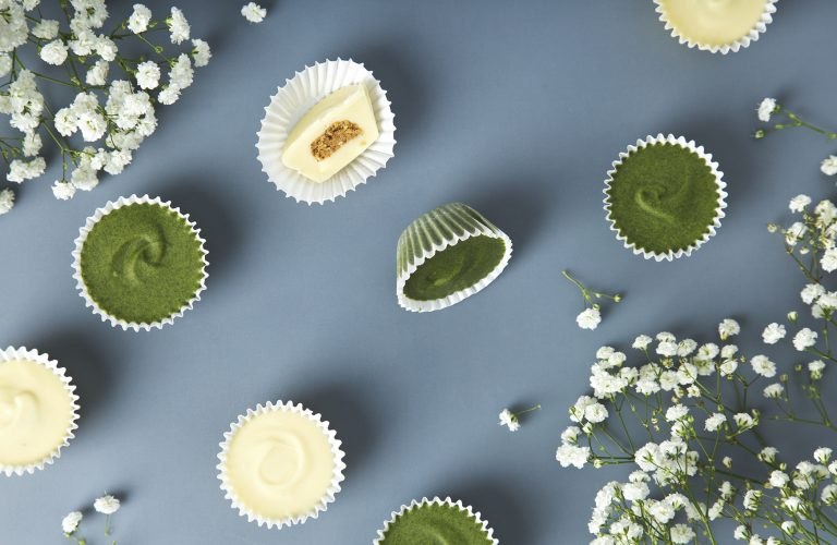 Superfood Vegan White Chocolate Almond Butter Cups (2 ways) | picklesnhoney.com #vegan #chocolate #chlorella