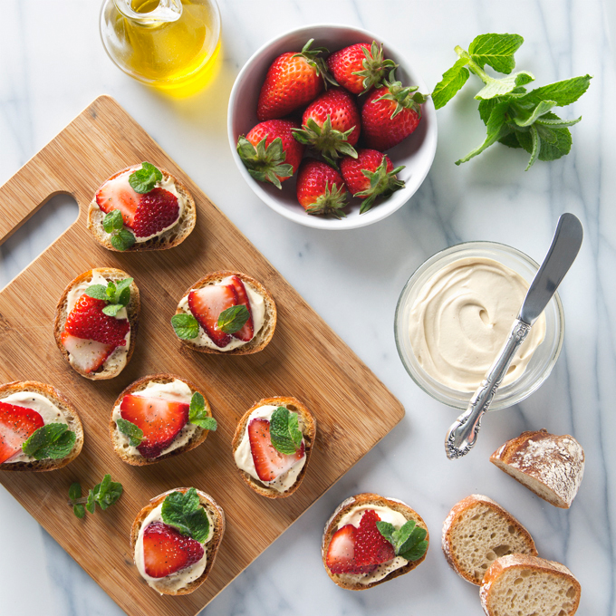 Strawberry, Mint & Cashew Cheese Crostini | picklesnhoney.com #vegan #crostini #recipe #happyhour #prosecco