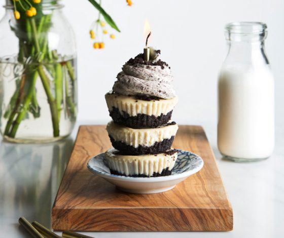 Vegan Oreo Cheesecake! Just 10 ingredients, no-bake & the perfect single-serving size! | picklesnhoney.com #vegan #oreo #cheesecake #nobake #dessert #recipe