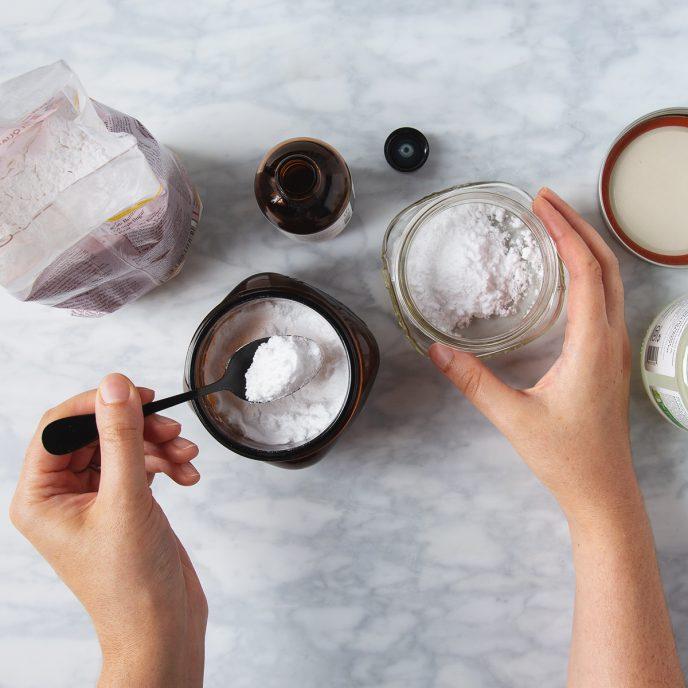 I Tried It: Making My Own Deodorant (plus my super easy 3-ingredient recipe) | picklesnhoney.com #diy #doedorant #recipe #homemade